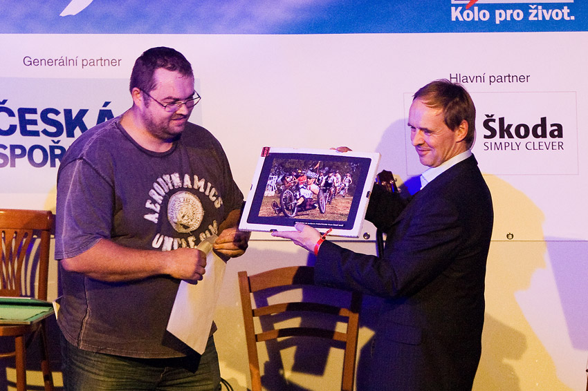 KPŽ Finálový večer 2009 - Tomáš Pouch jako kapitán Černých koní předává Romanovi Čermákovi pamětní obrázek s prvním handbikem na tratích KPŽ