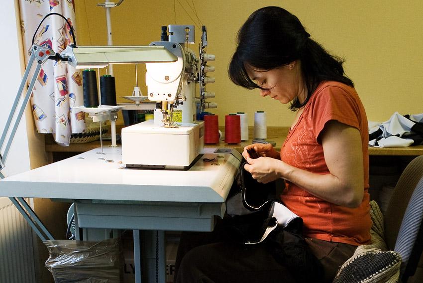 Eleven 2009 - zakázková výroba dresů: ruční práce na šicí dílně