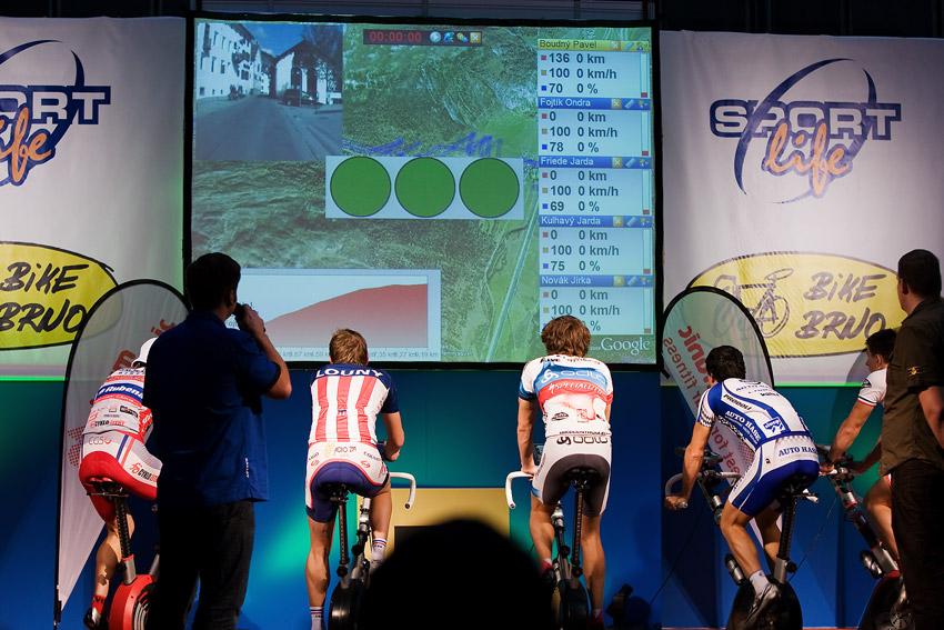 """Bike Brno 2009 - závody na trenažérech - na """"semafórech"""" svítí zelená, je odstartováno finále!"""