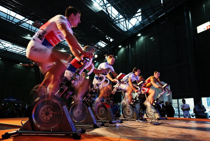 Bike Brno 2009 - z�vody na trena��rech - prvn� ze semifin�lov�ch rozj�d�k