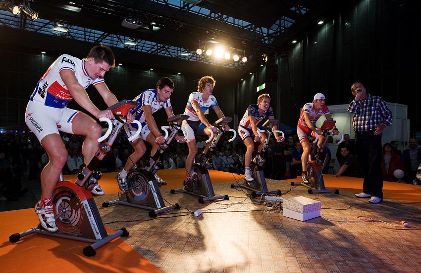 Bike Brno 2009 - závody na trenažérech - Robert Bakalář přibližoval přítomným divákům, co se děje na place