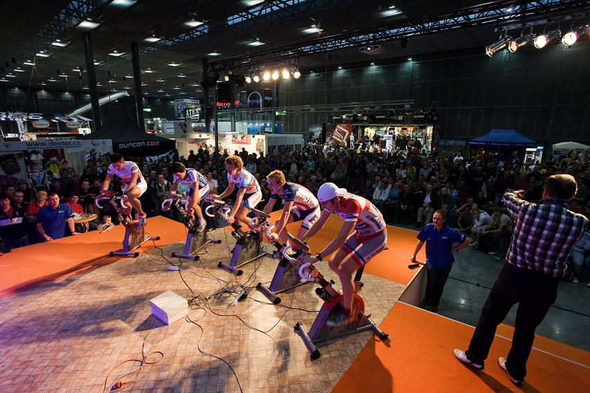 Bike Brno 2009 - závody na trenažérech - část haly F před pódiem byla během finále zaplněna diváky