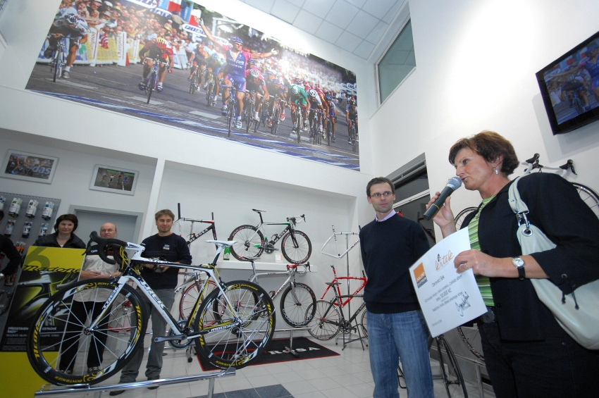 Slavnostní otevření nové prodejny XCR v Brně - šek pro Krtka