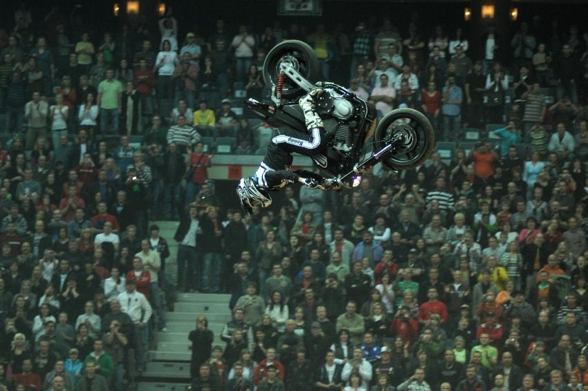 FMX Gladiator Games 2009, Praha: Chuck Carothers dává backflip na Harleyi