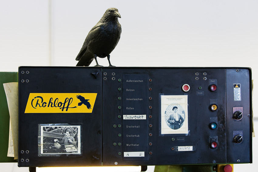 Rohloff 2009 - ovládací panel stroje na výrobu řetězů pod dohledem havrana