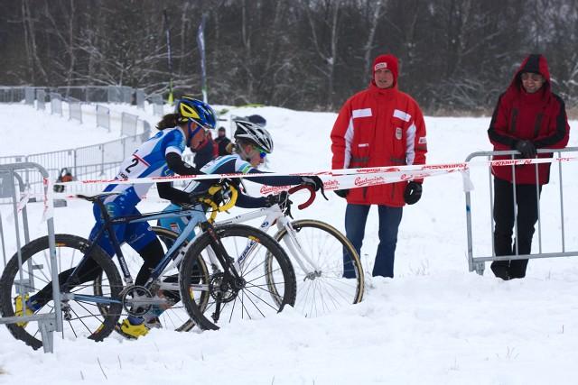 Mistrovství ČR v cyklokrosu 2010, Tábor: Kateřina Nash dotahuje Pavlu Havlíkovou po pádu