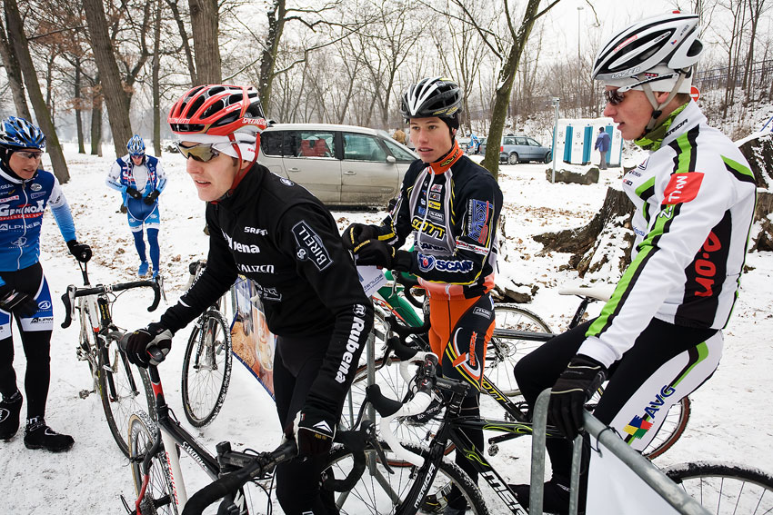 Vánoční cyklokros Praha-Stromovka 2009: Jarda Kulhavý si nechává připnout číslo od Filipa Eberla