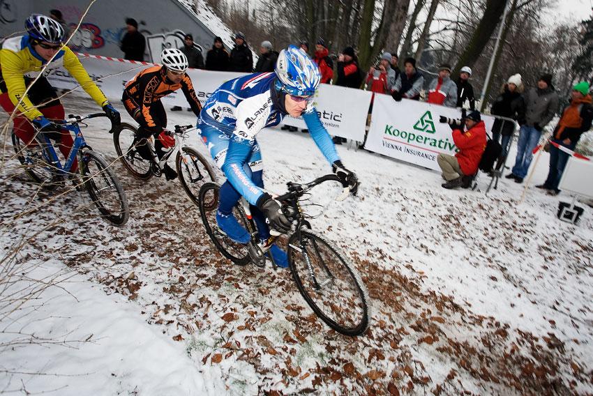 Vánoční cyklokros Praha-Stromovka 2009: Venca Ježek najíždí jako první do terénu