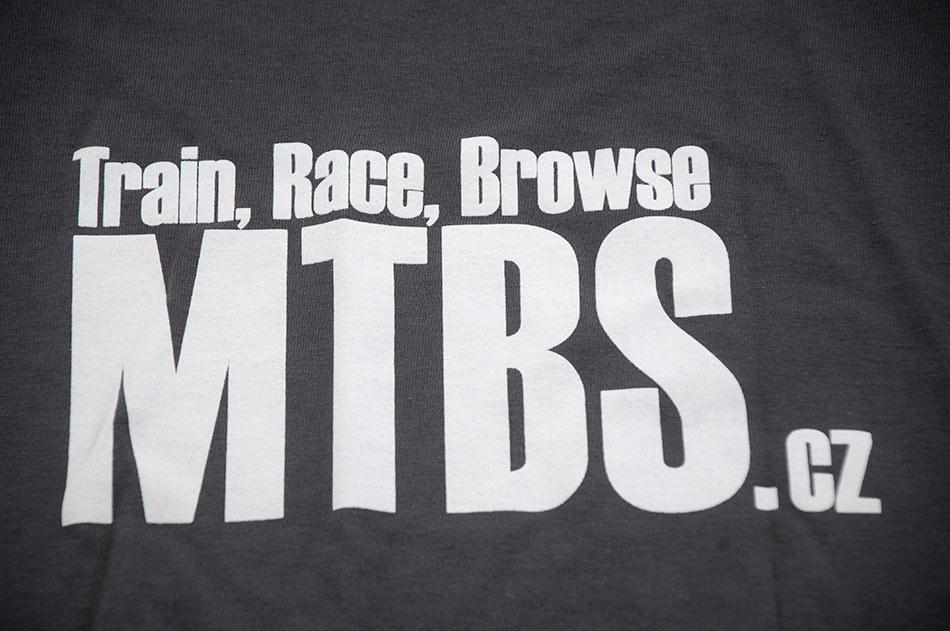 MTBS tri�ko tmav� �ed� (potisk na prsou a logo na ruk�vu)