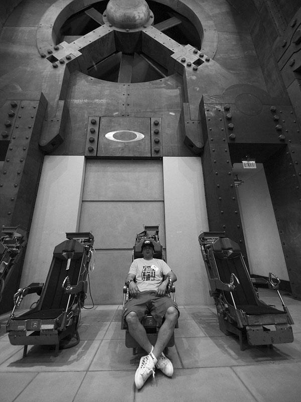 Michal Prokop v Oakley - příjímací místnost v recepci se sedačkami ze stíhaček