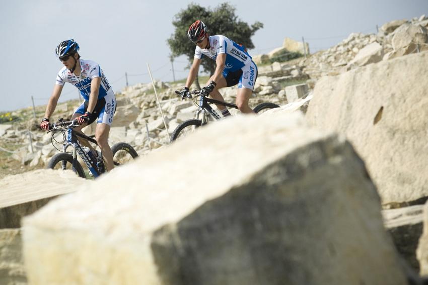 Sunshine Cup #3 2010 - Amathous, Kypr: Jan �karnitzl a Ji�� Hude�ek tr�nuj� na trati