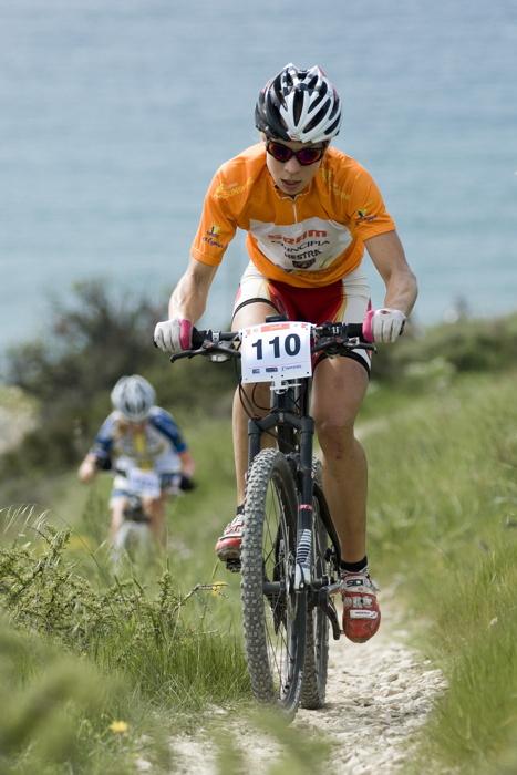 Sunshine Cup #3 2010 - Amathous, Kypr: Annika Langvad v dresu vedoucí závodnice Sunshine Cupu