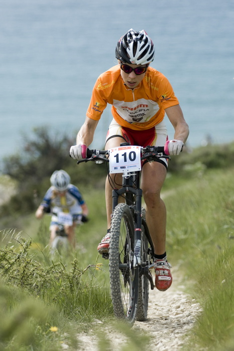 Sunshine Cup #3 2010 - Amathous, Kypr: Annika Langvad v dresu vedouc� z�vodnice Sunshine Cupu