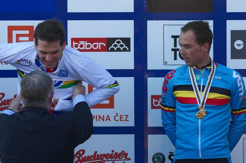 Mistrovství světa v cyklokrosu - Tábor 31.1. 2010, závod Elite - Nijsovi nezbývá než se dekorování mitrů světa jen dívat