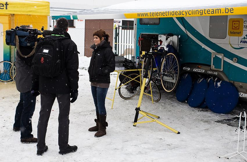 Mistrovství světa v cyklokrosu, Tábor 2010 - Elite: před startem podávala belgické televizi rozhovor i Zdeňkova přítelkyně Inne