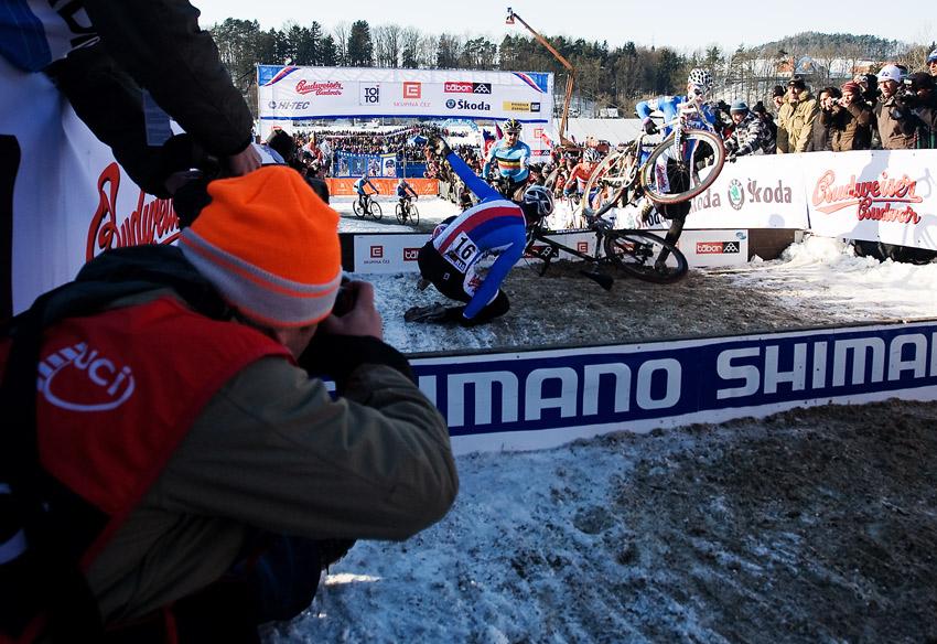 Mistrovství světa v cyklokrosu, Tábor 2010 - Elite: Martina Bínu potkal hned ze začátku nepříjemný karambol na překážkách
