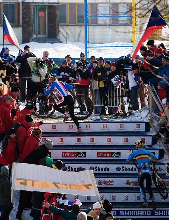 Mistrovství světa v cyklokrosu, Tábor 2010 - Elite: Radomír Šimůnek na čele závodu, za ním běží Klaas Vantornout