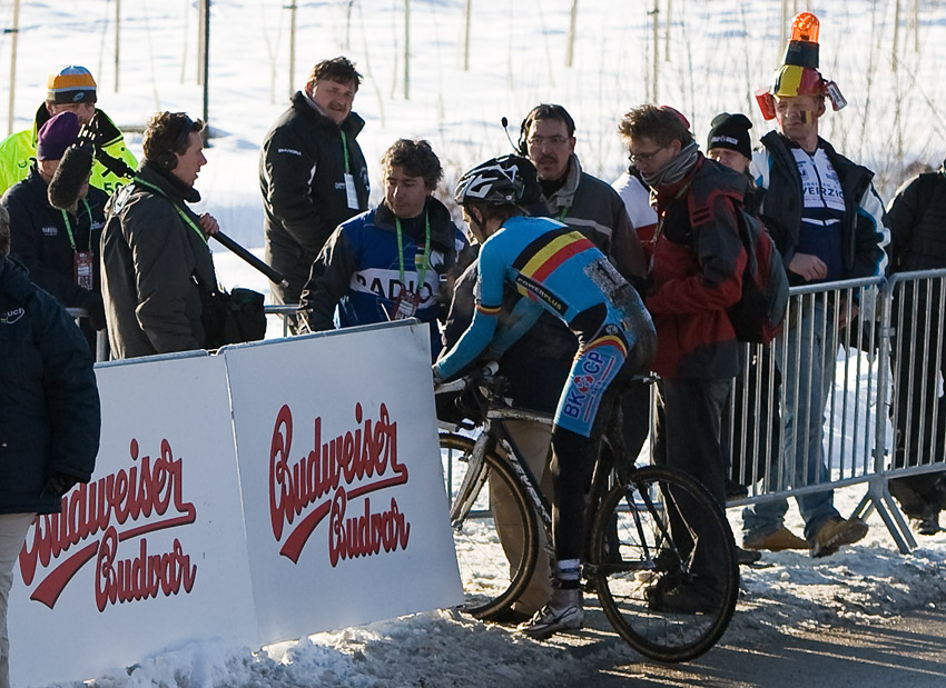 Mistrovstv� sv�ta v cyklokrosu, T�bor 2010 - Elite: Nielsu Albertovi se t�borsk� �ampion�t v�bec nevyvedl, dv� kola p�ed c�lem z toho slezl...