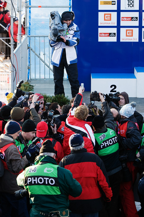 Mistrovstv� sv�ta v cyklokrosu, T�bor 2010 - Elite: tam n�kde vep�edu v chumlu je Zden�k �tybar a ukazuje z�stupc�m m�di� svoji zlatou medaili