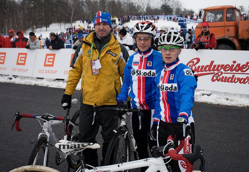 Mistrovství světa v cyklokrosu, Tábor 2010 - ženy:  trenér Miloslav Hollósi, Zuzka Pirzkallová a Pavla Havlíková před startem