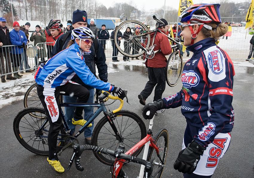 Mistrovství světa v cyklokrosu, Tábor 2010 - ženy: Kateřina Nash se při rozjíždění zdraví s Meredith Miller
