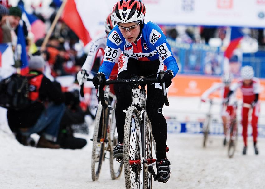 Mistrovství světa v cyklokrosu, Tábor 2010 - ženy: mladá Zuzka Pirzkallová se statečně pere s táborskou tratí