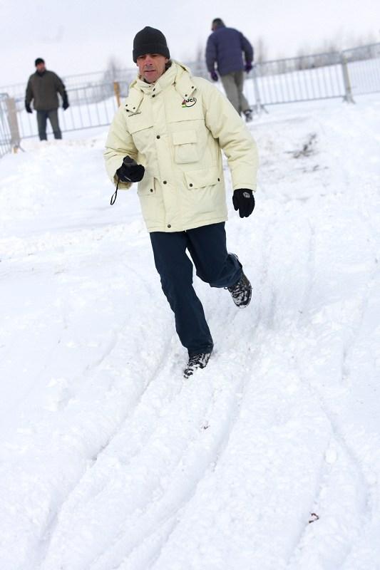 Cyklokrosové MS v Táboře 2010 - čtvrtek: komisař UCI prochází okruh s GPS