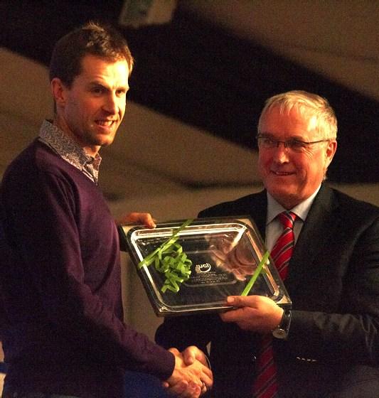 Cyklokrosové MS v Táboře 2010 - čtvrtek: Erwin Vervecken dostal od prezidenta UCI Pata McQuaida cenu za přínos cyklokrosu