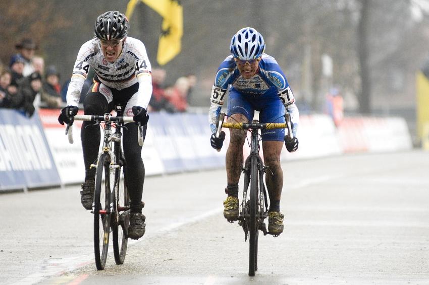 Světový pohár v cyklokrosu #9, Hoogerheide 2010: spurt Hanky Kupfernagel a Kateřiny Nash o 4. místo