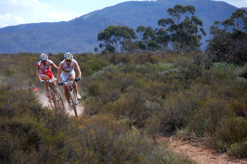 ABSA Cape Epic 2010 - 5. etapa: Florian Vogel a Nino Schurter se ani tentokrát neprosadili