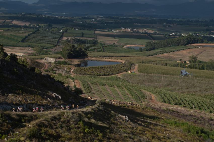 ABSA Cape Epic 2010 - 8. etapa: bikeři opouštějí Oak Valley