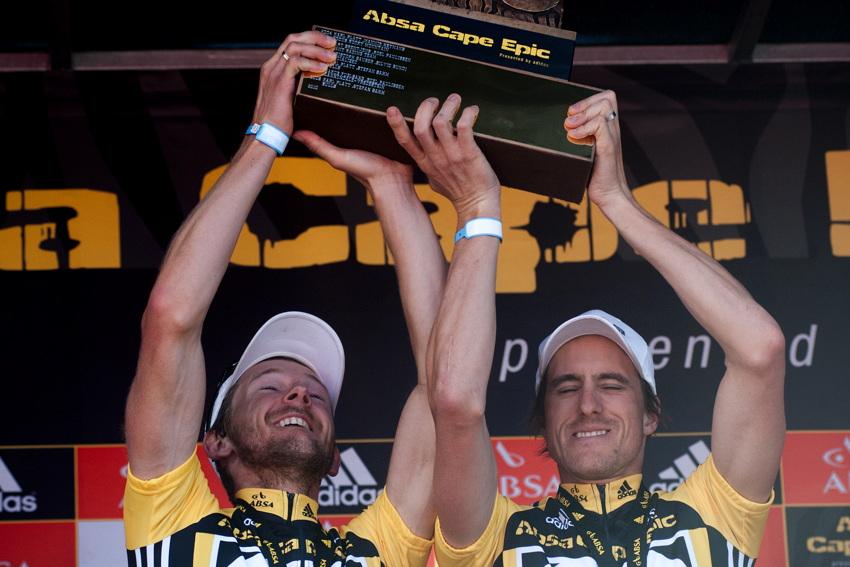 ABSA Cape Epic 2010 - 8. etapa: Karl Platt a Stefan Sahm zvedají novou trofej pro vítěze