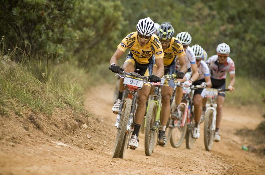 ABSA Cape Epic 2010 - 1.etapa: čelo závodu tažené Kevinem Evansem