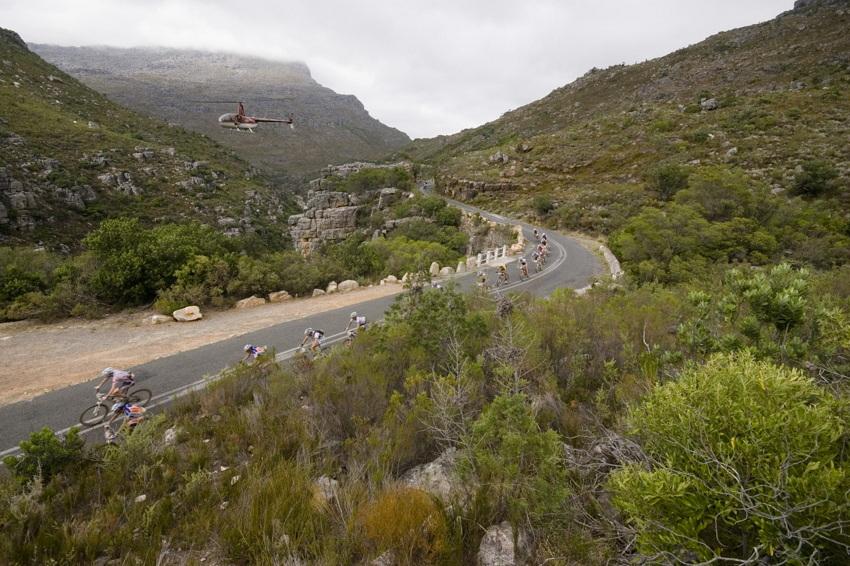 ABSA Cape Epic 2010 - 1.etapa: dlouh� a rychl� sjezd pln� zat��ek
