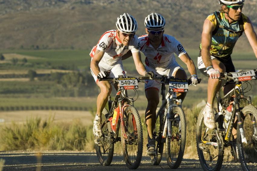 ABSA Cape Epic 2010 - 3.etapa: Stanislav Derfl a Radek Zelenka v závěsu za Thomasem Frischknechtem