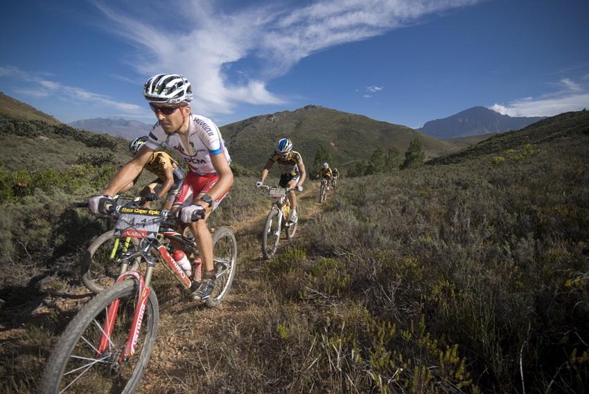 ABSA Cape Epic 2010 - 4.etapa: Christoph Sauser zdolává jeden z horských průsmyků