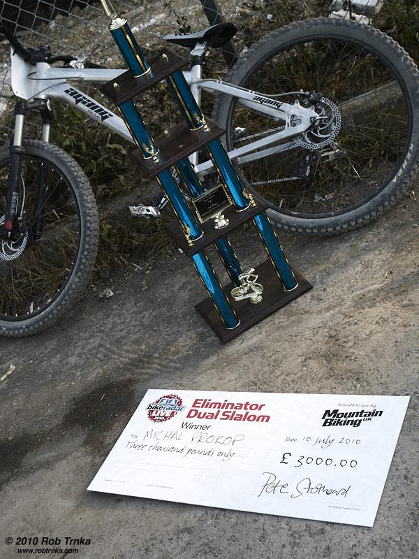Tučná odměna 3000 liber a těžký pohár pro vítěze