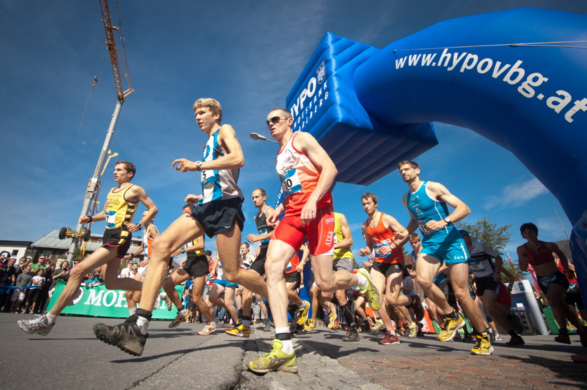 Závod odstartovali běžci v městečku Egg