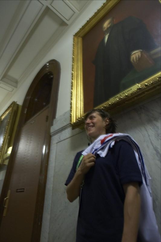 Emmeline Raggot v útrobách parlamentu