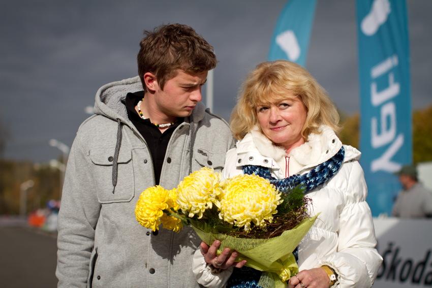Danny a Jana Šimůnkovi obdrželi od pořadatelů květinu