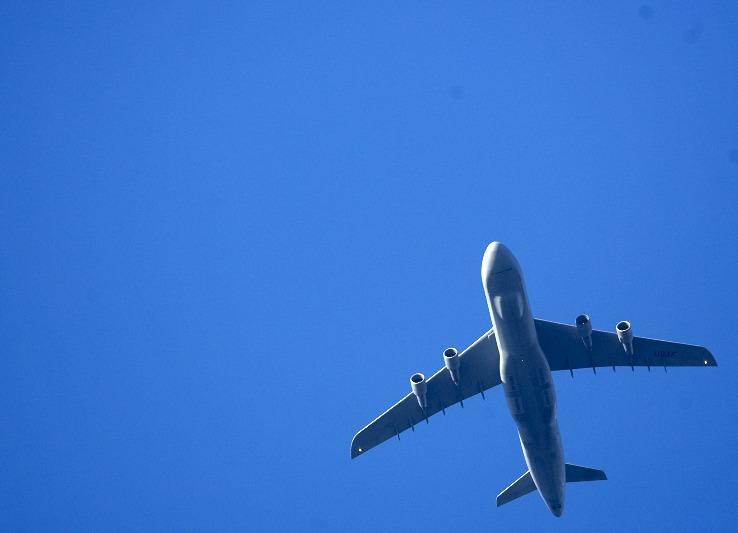 Nákladní vojenské letadalo nízko nad St. Wendelem, míří na základnu Rammstein