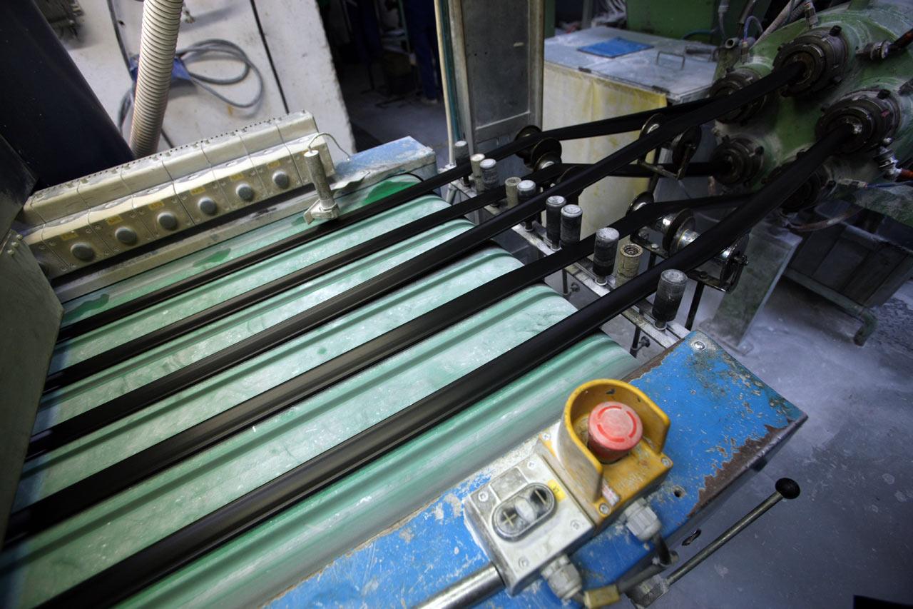 Mitas veloduše - pět gumových hadic současně produkuje jedna linka