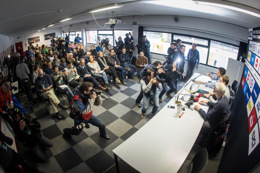 Mimořádná ranní tisková konference ke kauze mechanického dopingu
