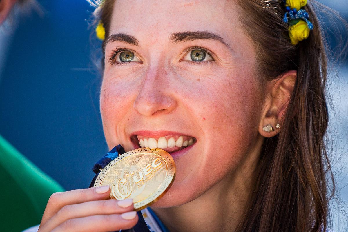 Vděčné fotografické kousání medailí...