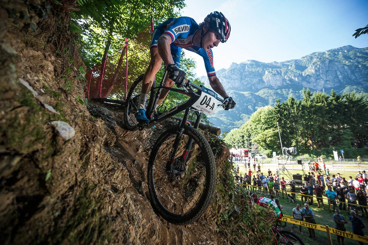 Mates Průdek padá trailem po skále zpět do údolí