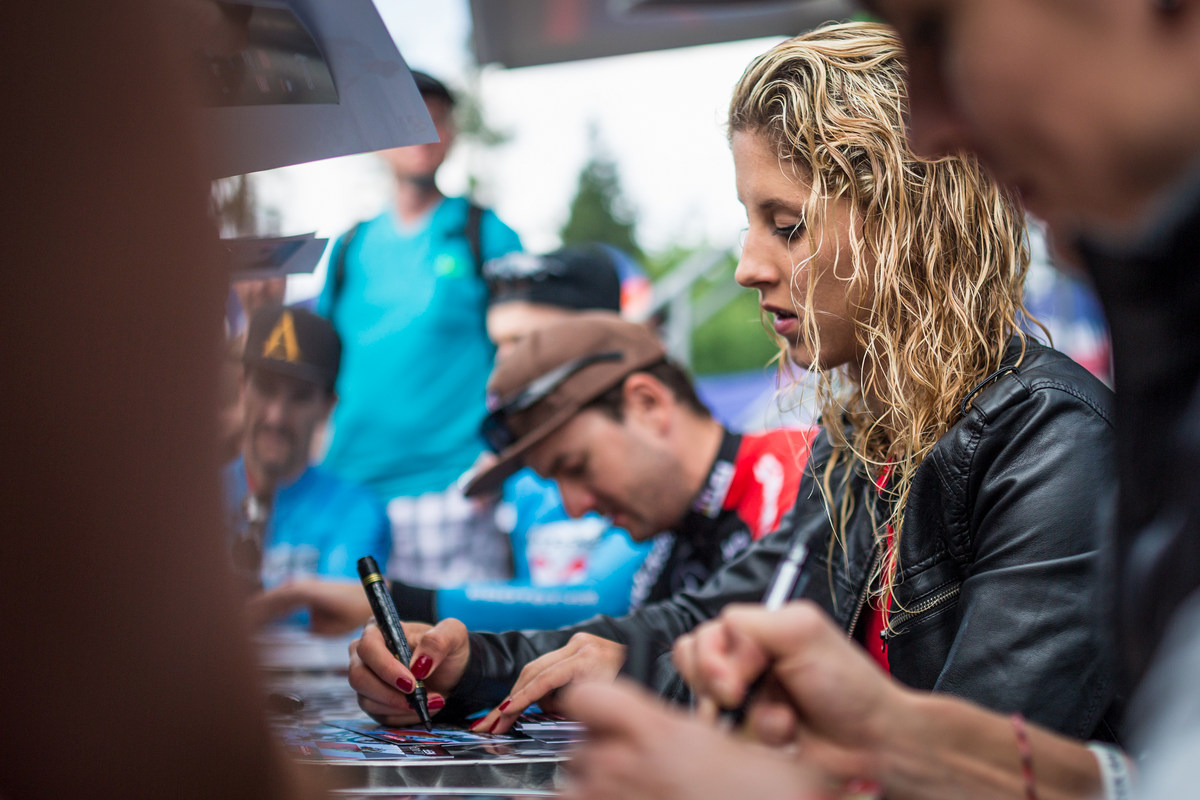 Jolanda Neff se na autogramiádu Mitas ohákla