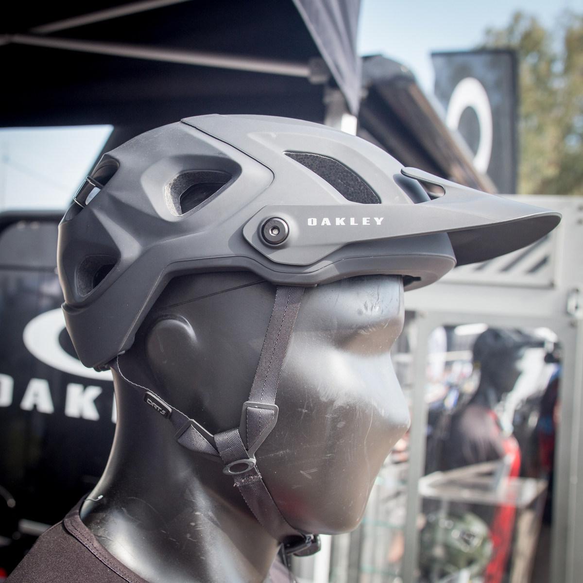 Roc d'Azur 2018 - přilbu Oakley DRT5 navrhoval Greg Minaar