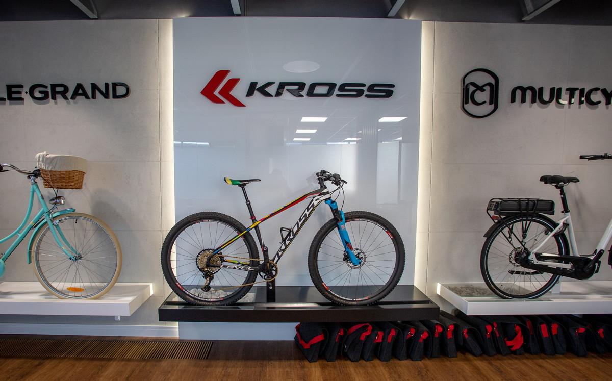 Kross - vstupní halu zdobí kola všech tří značek pod křídly Kross, védovodí mu OH speciál Maji W.
