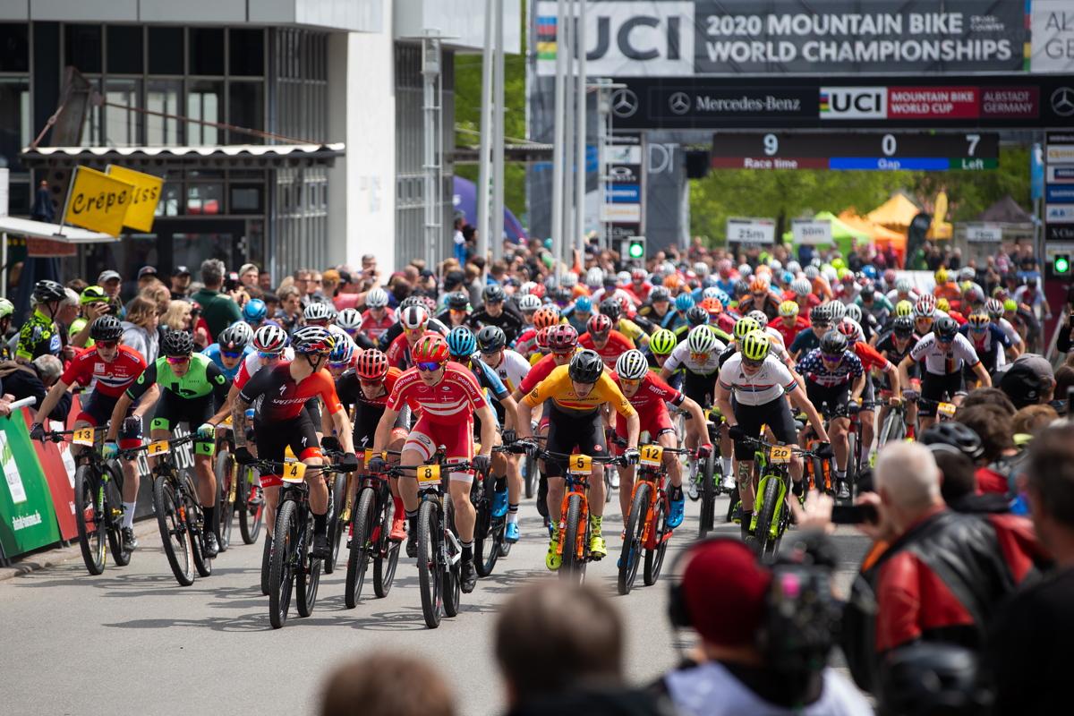 Simon Andreassen kontroloval závod, ale jen první kolo.