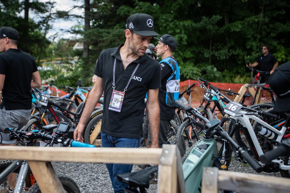 Bývalý biker a silničář Jean Christoph Perraud dělá technický dozor